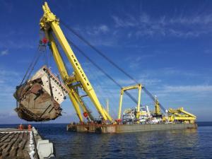 Άνδρος: Καρέ καρέ η ανέλκυση του ναυαγισμένου Cabrera – Εντυπωσιακές εικόνες [pics]