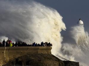 """Ιρλανδία: """"Σαρώνει"""" τις δυτικές ακτές η καταιγίδα Μπράιαν – Ζημιές σε κτίρια από τεράστια κύματα"""