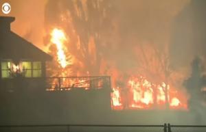 Ανεξέλεγκτη φωτιά στην Καλιφόρνια! 20.000 κάτοικοι εγκατέλειψαν τα σπίτια τους – Ένας νεκρός