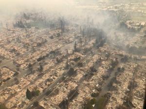 Εικόνες απόλυτης καταστροφής στην Καλιφόρνια – 17 νεκροί από τις φωτιές [pics, vids]