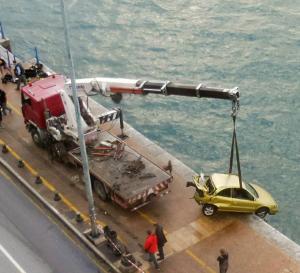 Θεσσαλονίκη: Η στιγμή που βγάζουν από τον Θερμαϊκό το αυτοκίνητο που έπεσε στη θάλασσα [pics, vid]