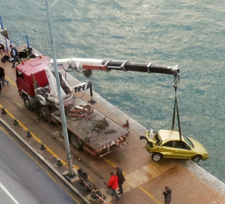 Θεσσαλονίκη: Η στιγμή που βγάζουν από τον Θερμαϊκό το αυτοκίνητο που έπεσε στη θάλασσα [pics, vid] | Newsit.gr