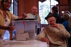Καταλονία: Ο 90χρονος που αψήφησε τον Ραχόι, το ξύλο και τα δακρυγόνα [pics]