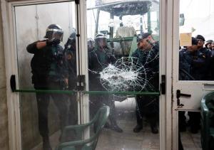 Δημοψήφισμα – Καταλονία: Ντου αστυνομικών! Αρπάζουν κάλπες! [vids, pics]