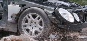 Δείτε τι ζόρι τραβάει το αυτοκίνητο όταν πέφτει στις λακκούβες [vid]