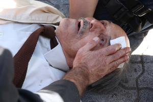 """Εικόνες σοκ στην Ευελπίδων! ΜΑΤατζής """"γκρέμισε"""" ηλικιωμένο από σκάλα! Κυνηγούσε αντιεξουσιαστή!"""