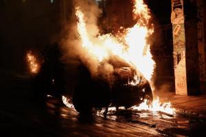 Άγρια επεισόδια στα Εξάρχεια! Τραυματίστηκαν αστυνομικοί, πυρπόλησαν αυτοκίνητα!