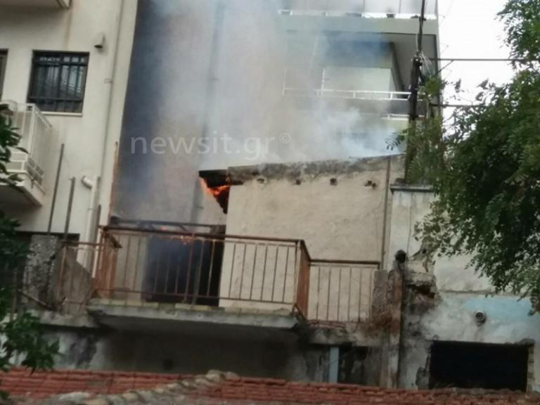 Φωτιά σε παλιό σπίτι στον Βύρωνα! Η στιγμή που φτάνουν οι πυροσβέστες [vids, pics] | Newsit.gr