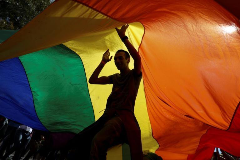 Τον έδιωξαν επειδή ήταν ομοφυλόφιλος! Του δίνουν διατροφή! | Newsit.gr