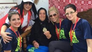 Ημιμαραθώνιος Κρήτης: «Μετάλλιο» για την αξιολάτρευτη γιαγιά – μασκότ! [vid]