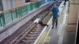 Την σπρώχνει στις γραμμές του τρένου και φεύγει ανενόχλητος! [vid]