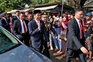 Ινδονησία: Ο ακομπλεξάριστος πρόεδρος – «Έπεσε» σε κίνηση και το… «έκοψε» με τα πόδια [pics, vid]
