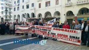 Θεσσαλονίκη: Διαμαρτυρία συνταξιούχων έξω από το ΕΦΚΑ Αριστοτέλους [pics, vids]