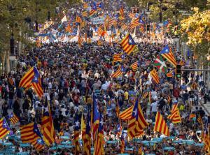 Χιλιάδες οργισμένοι πολίτες στους δρόμους της Βαρκελώνης μετά την ενεργοποίηση του άρθρου 155 [pics]