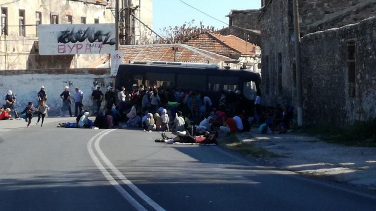 Μυτιλήνη: Στο δρόμο οι πρόσφυγες διαμαρτυρόμενοι για τον καταυλισμό της Μόριας | Newsit.gr