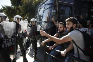 Ένταση έξω από το υπ. Δικαιοσύνης – Φοιτητές ζητούν την αποφυλάκιση της Ηριάννας και του Περικλή [pics]