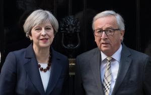 Συνάντηση Μέι με Γιούνκερ και Μακρόν για να «στρώσουν» το δρόμο του Brexit