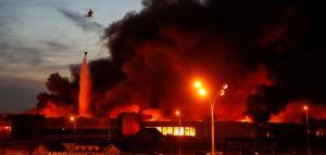 Μεγάλη φωτιά σε πολυκατάστημα στην Μόσχα – Εκρήξεις αυτοκινήτων στο πάρκινγκ [pics,vid]