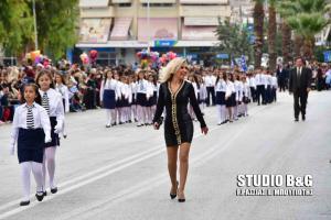 Ναύπλιο: Η δασκάλα που «μαγνήτισε» τα βλέμματα στην μαθητική παρέλαση [pics, vid]