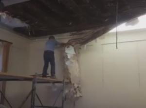 Πάτρα: Η στιγμή που το ταβάνι του δημοτικού ωδείου καταρρέει μπροστά στην κάμερα [pics, vid]