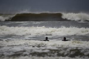 Ο κυκλώνας Οφηλία ακυρώνει πτήσεις – Δείτε live