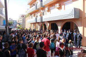 Πρέβεζα: Μαθητές «πολιόρκησαν» τον Υφυπουργό Παιδείας με πανό και συνθήματα! [vid]