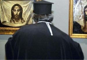 Κρήτη: Στα δικαστήρια η παπαδιά του ιερέα που το έσκασε με την αγαπημένη του