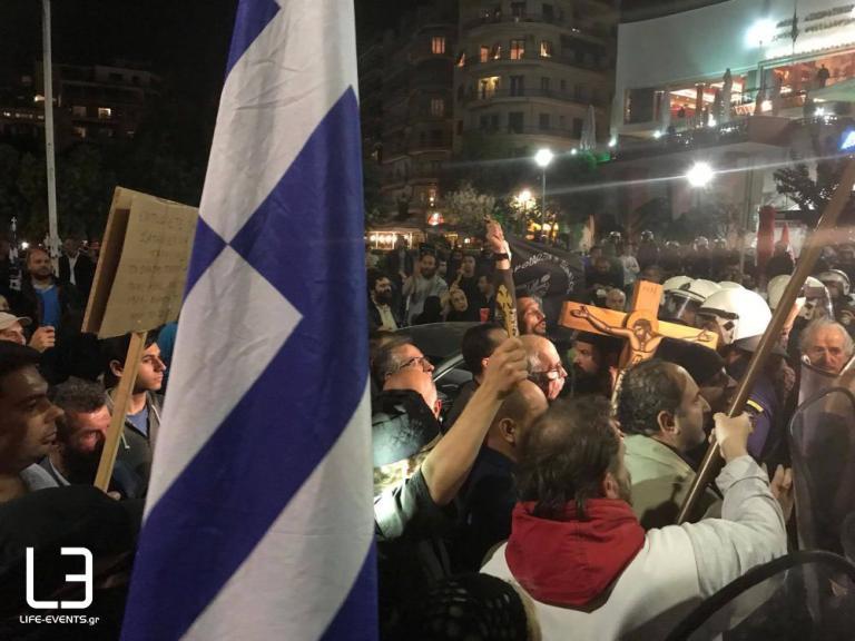 Ξύλο με το σταυρό στο χέρι - Επεισόδια χθες βράδυ στη Θεσσαλονίκη για την διακοπή θεατρικής παράστασης από Χριστιανο-Ταλιμπάν ! (ΦΩΤΟ-VIDEO)