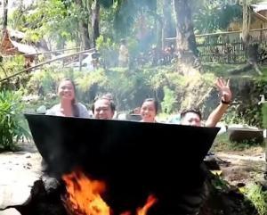 Στις Φιλιππίνες μπορεί κανείς να μπει σε κατσαρόλα έτοιμη για βράσιμο!
