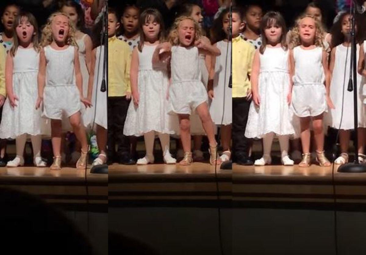 Παιδιά τραγουδούν σε σχολική γιορτή – Το ξανθό κορίτσι τού δίνει και καταλαβαίνει! | Newsit.gr