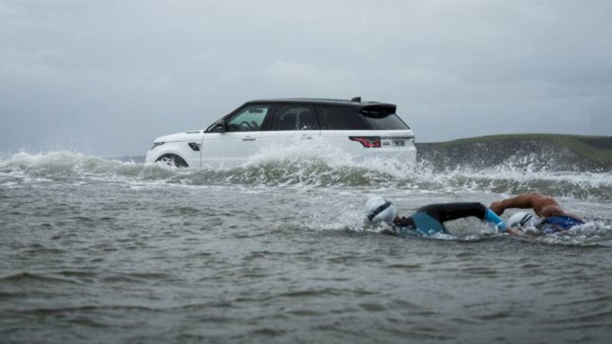 Το νέο Range Rover Sport βουτάει στη θάλασσα και συναγωνίζεται κολυμβητές! [vid] | Newsit.gr