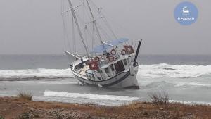 Ρόδος: Η στιγμή που ο «Δαίδαλος» βγάζει καράβι στη στεριά – Το χτύπημα της κακοκαιρίας [pics, vid]
