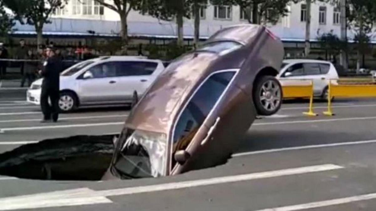 Άναψε το φανάρι και κατάπιε η γη την πανάκριβη Rolls-Royce του! [vid] | Newsit.gr