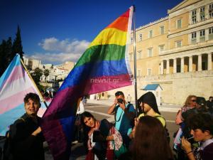 Ταυτότητα φύλου: Συγκέντρωση διεμφυλικών υπέρ του νομοσχεδίου – Έδωσαν το… «παρών» Ελένη Λουκά και πάτερ Κλεομένης