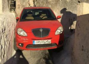 Σαντορίνη: Απίστευτη γκάφα οδηγού στη Μεσαριά – Το αυτοκίνητο σφήνωσε σε αυτό το σημείο [pics]