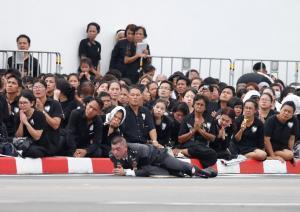 Η Ταϊλάνδη αποχαιρετά τον βασιλιά της ένα χρόνο μετά το θάνατό του [pics, vids]