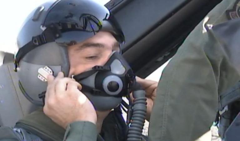 Ο Αλέξης Τσίπρας με στολή πιλότου! Πέταξε με F16 | Newsit.gr