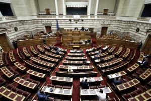 Ξεκίνησε η συζήτηση στην Βουλή για το κοινωνικό μέρισμα- «Πυρά» της αντιπολίτευσης για τη διαδικασία του κατεπείγοντος