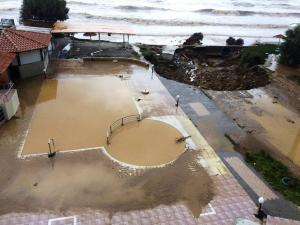Χανιά: Ο «Δαίδαλος» διέλυσε σπίτια, δρόμους, παραλίες και καταστήματα – Αποκαλυπτικές εικόνες καταστροφής [pics]