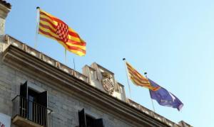 Καταλονία – Ανεξαρτησία: Κατέβασαν την ισπανική σημαία