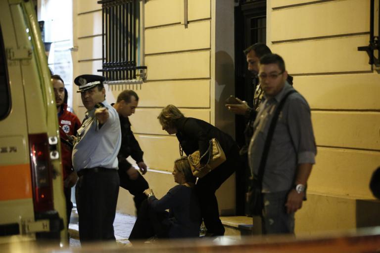 Μιχάλης Ζαφειρόπουλος: Λιποθύμησε η σύζυγός του - Σπάραξαν τα παιδιά του! Εικόνες αρχαίας τραγωδίας έξω από το γραφείο του