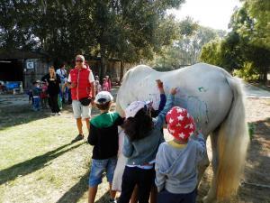 Μηνύσεις για τη ζωγραφική πάνω σε άλογο από παιδιά