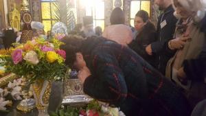 Λάρισα: Πλήθος πιστών για την Αγία Ζώνη της Θεοτόκου παρά την κακοκαιρία – Ατελείωτες ουρές [pics]