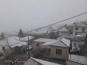 Λάρισα: Χιονίζει σε Σαραντάπορο και Λιβάδι – Η πτώση της θερμοκρασίας έφερε αυτές τις εικόνες [pics]