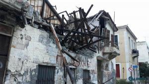 Καλαμάτα: Η αδιαφορία οδήγησε στην κατάρρευση σπιτιού – Οι εικόνες μετά την πτώση στην παραλία [pics, vid]