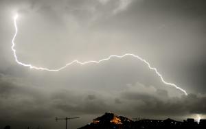 Κεφαλονιά: Παγιδεύτηκε οδηγός στην καταιγίδα – Επιχείρηση απεγκλωβισμού από πυροσβέστες στο Ληξούρι!