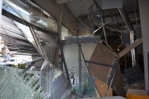 Αργολίδα: Διέλυσαν τράπεζα και βούτηξαν τα χρήματα από το ΑΤΜ – Οι εικόνες καταστροφής που άφησαν [pics]