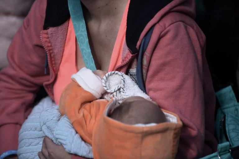 Ηράκλειο: Έβρισαν χυδαία μητέρα που θήλαζε δημόσια το μωρό της – Χαμός σε κεντρική πλατεία! | Newsit.gr
