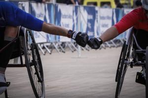 Μαραθώνιος 2017: Η υπέροχη στιγμή του αγώνα κι οι γροθιές στον τερματισμό! Συγκινητικές και όχι μόνο στιγμές [pics]