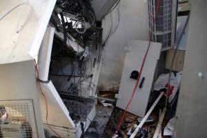 Κορινθία: Ανατίναξαν ΑΤΜ και βούτηξαν τα χρήματα που υπήρχαν μέσα – Χαμός μετά την έκρηξη [vid]